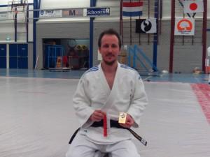 Jorge Diaz del Rio posando con el trofeo de campeón del Torneo Ne-Waza Voorhout 2015