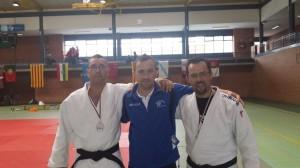 Sergio Pérez - izquierda -, Alberto Castro (Técnico) - centro y Alberto López - derecha, posando con sus respectivas medallas