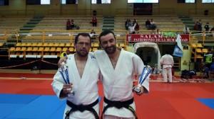 Pitu y Dani posando con los trofeos que obtuvieron en la Copa de España de Veteranos de Salamanca