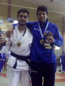 Adrián Deus y Jorge Carreira, posando con sus respectivas medallas y los trofeos de tercer clasificados por equipos Cadete y Senior