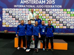 Nuestros judokas posando con Pedro Alonso - Famu de Frutos - en el podium que le proclamó como campeón mundial M5-73Kg