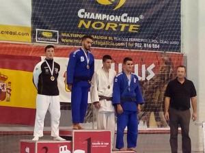 Adrian Deus y Jorge Carreira en el podium de la categoria de -73kg